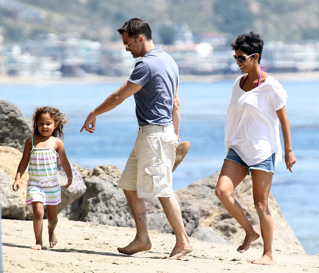 Halle-Berry-Olivier-Martinez-and-Nahla-beach